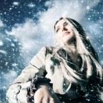 jonge blonde vrouw in een sneeuwstorm — Stockfoto