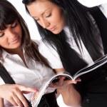 iki genç kadın dergisi okuma — Stok fotoğraf