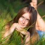 jonge vrouw liggen op gras — Stockfoto