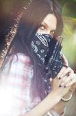 Femme au portrait de pistolet — Photo