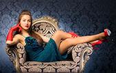 Jovem mulher em uma cadeira — Foto Stock