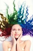 长着长卷发的年轻女人 — 图库照片