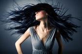 Vrouw met haar fladderende — Stockfoto