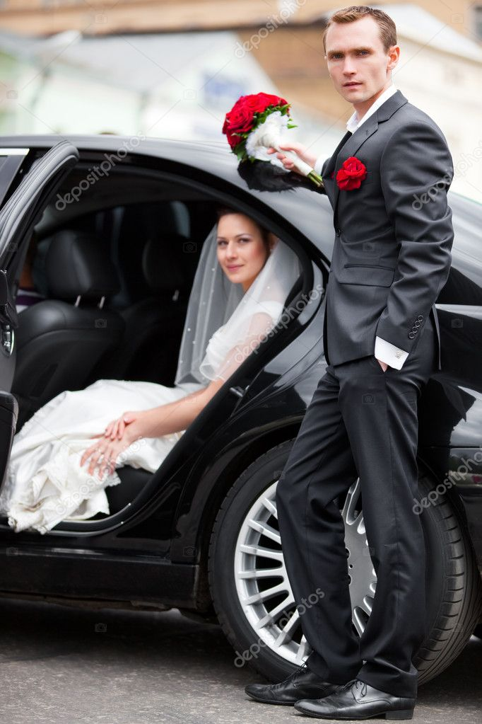 Young wedding couple at the luxury car. — Stock Photo #1195227