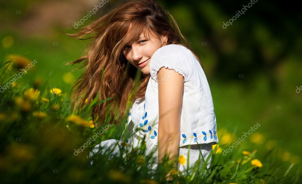 Young woman on a summer field. Shallow dof. — Stock Photo #1195415