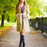 jonge vrouw lopen — Stockfoto
