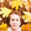 mujer con hojas de arce — Foto de Stock