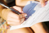 Jeune femme, signature d'un document — Photo
