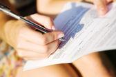 Mladá žena podepisování dokumentu — Stock fotografie