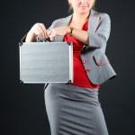 maleta metálica joven holding — Foto de Stock