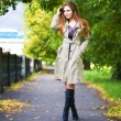 Young woman walking — Stockfoto