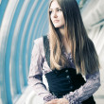portrét mladé ženy v moderním interiéru — Stock fotografie
