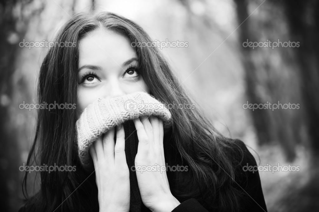 Woman portrait with big woollen collar for cold weather. Black and white concept. — Stock Photo #1348470