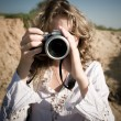 Woman photographer — Stockfoto