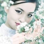 kiraz çiçekleri portre ile genç kadın — Stok fotoğraf #1355794