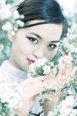 桜の花の肖像画を持つ若い女 — ストック写真
