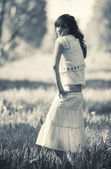 Jonge vrouw in een park — Stockfoto