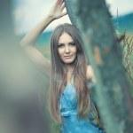 ung kvinna utomhus lugn porträtt — Stockfoto