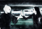 Duas mulheres de goth, tocando as mãos — Fotografia Stock