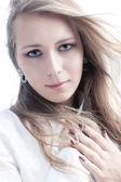 Młoda kobieta na białym tle portret — Zdjęcie stockowe