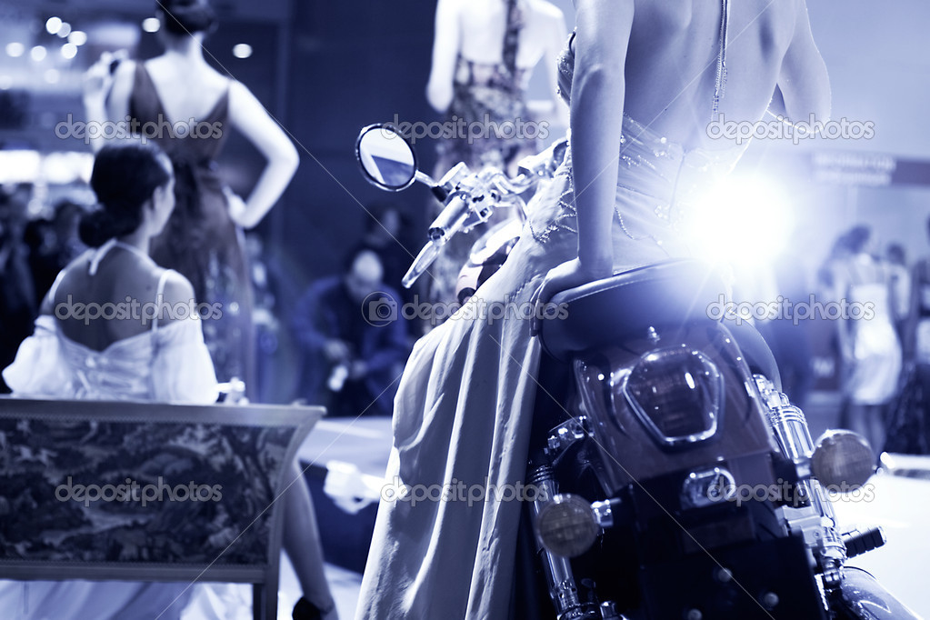 Fashion show. Blue tint and flash from photographer. — Foto Stock #1651927