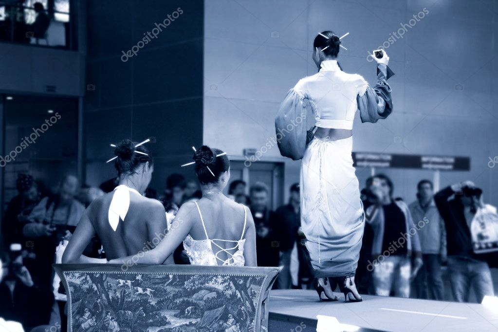 Fashion show. Girls in japanese dress. Blue tint. — Stock Photo #1652102