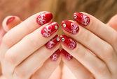 Unghie donna rossa con decorazioni — Foto Stock
