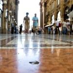 Walking in a trade center Milan — Stock Photo #1715064