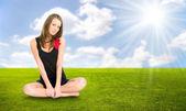 草で休む若い女性 — ストック写真