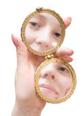Femme main tenir miroir pliante — Photo