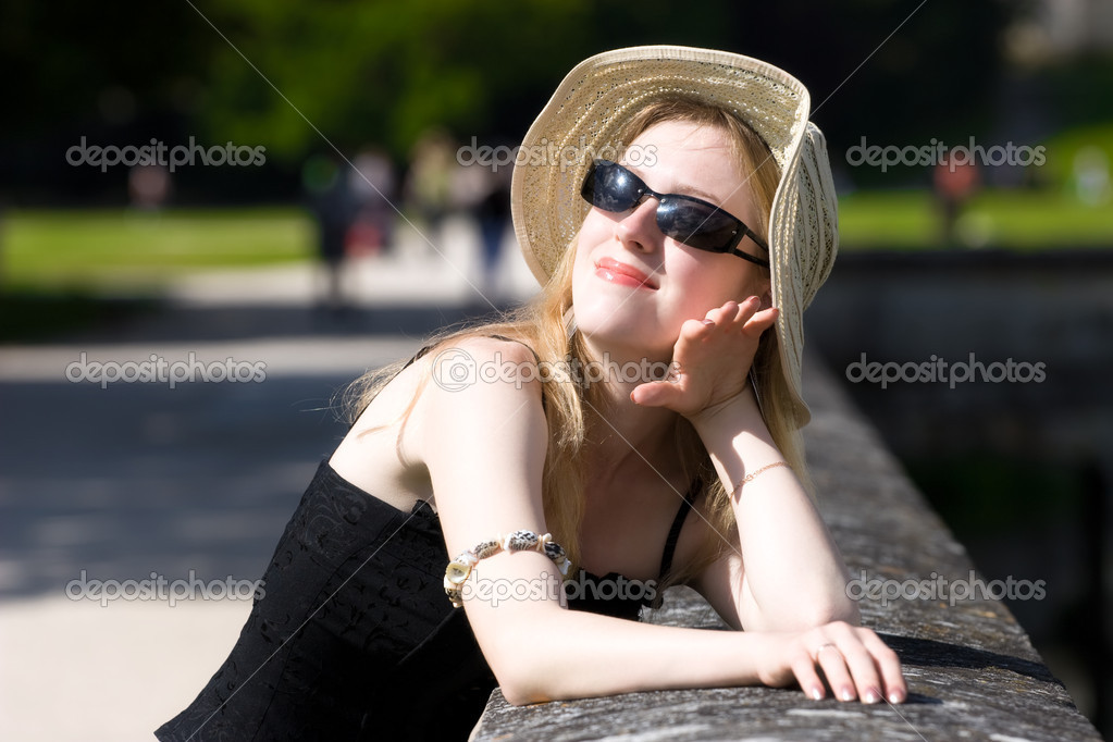 Young woman in hat enjoy the sun. — Stock Photo #1730720