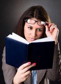 Profesor de la escuela joven leyendo un libro — Foto de Stock