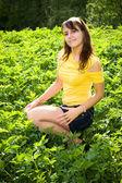 年轻女子在绿草中 — 图库照片