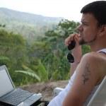 młody człowiek z komputerem — Zdjęcie stockowe