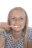 Ung tonåring flicka rengöring tand med — Stockfoto