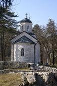 Kleine orthodoxe kerk met een koepel — Stockfoto