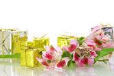 Fleurs avec quelques boîtes à cadeaux avec copie — Photo