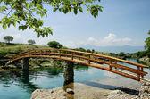 Escena rural idílico con puente — Foto de Stock