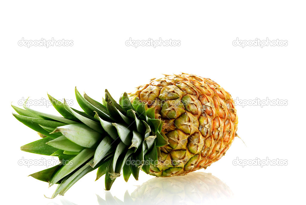 Fresh ripe pineapple over white background with reflection — Stock Photo #1142160