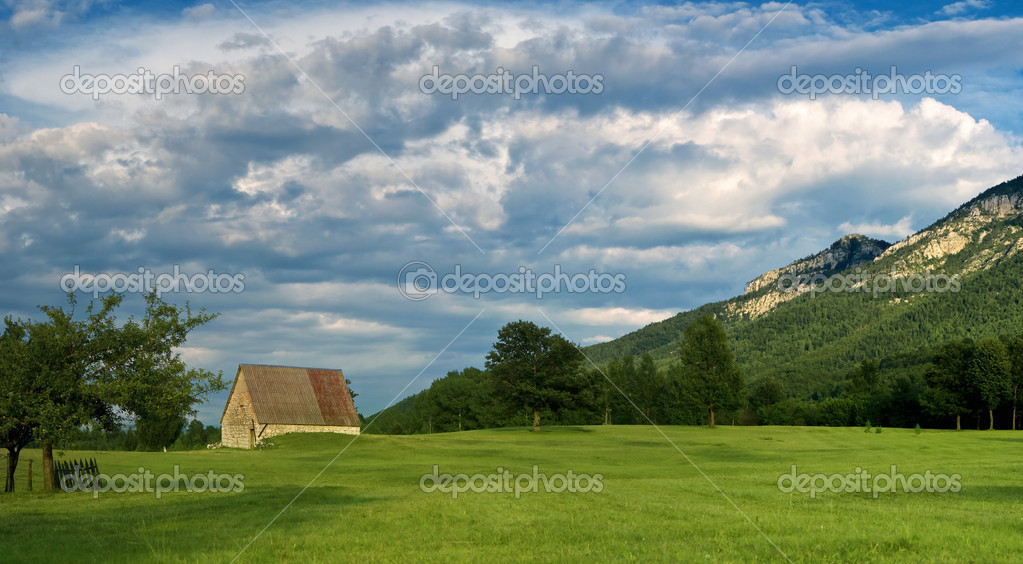 Old house on the field with heavy clouds before rain — Stock Photo #1154472