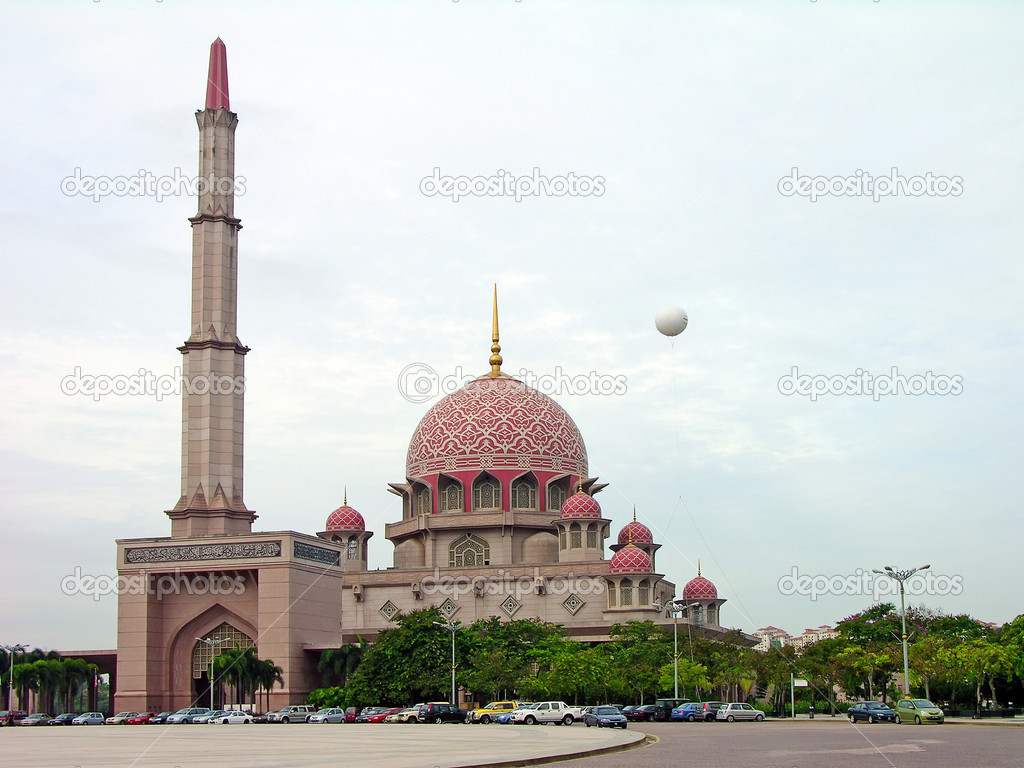 Putra Mosque in the center of Putrajaya, new administrative capital of Malaysia — Stock Photo #1242246