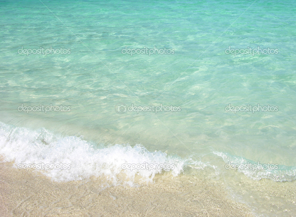 Clear ocean water with small wave at the beach — Stock Photo #1393049