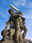 Combattre titan près du château de prague — Photo