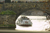Tourist boat under The Charles Bridge — Stockfoto