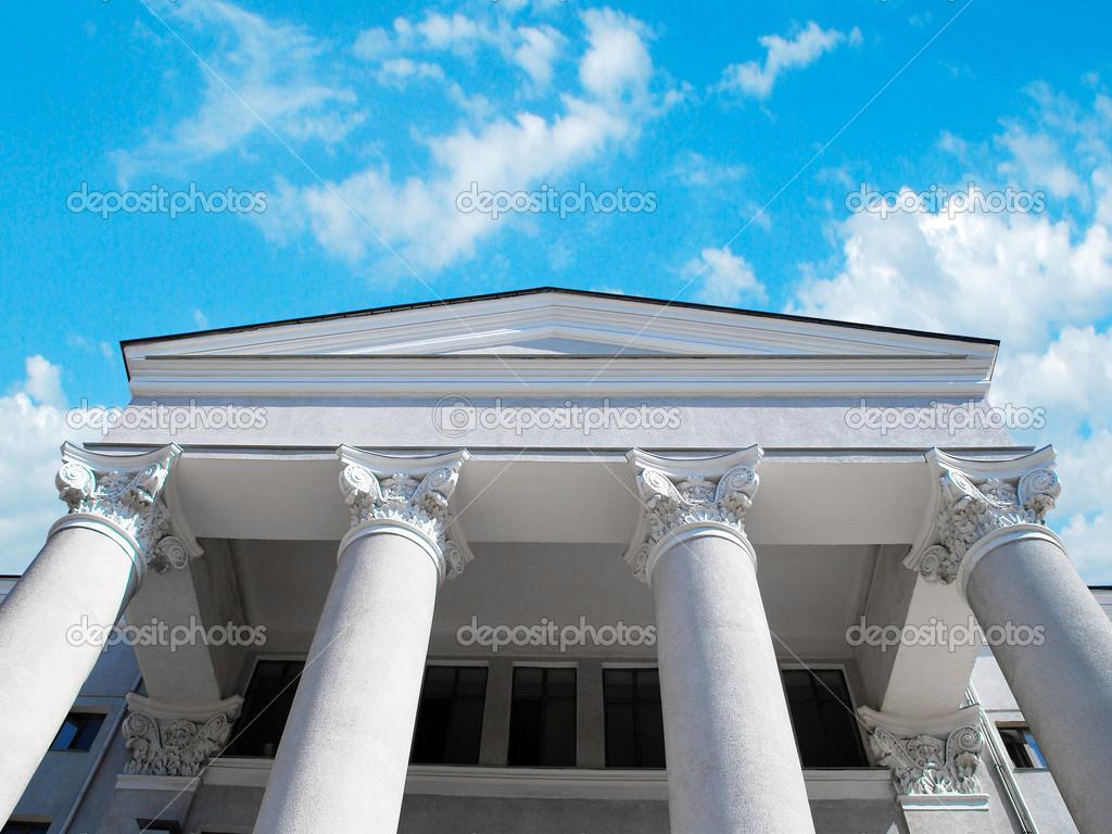 Pillar of the corinthian order building on blue sky under the sun. — Stock Photo #1139016