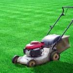 grasmaaier op groen gras achtertuin — Stockfoto