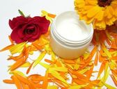 Hand-made beauty cream with flowers (ros — Stock Photo
