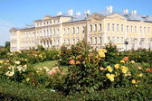Rundale Palace and beautiful garden — Stock Photo