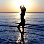 一名女子在海中的剪影 — 图库照片
