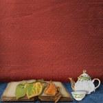 Das alte Buch mit Blättern und Teekanne mit Tasse o — Stockfoto